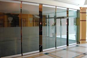 Compartimentari din sticla Schimbati utilitatea spatiului dorit, dandu-i o nota sofisticata si moderna prin alegerea sticlei pentru compartimentari de interior oferita de Oz Maraton.