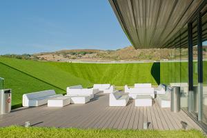 Decking compozit tip WPC pentru pavaje terase, pardoseli piscine - RELAZZO Pentru sistemul de pavare terase Relazzo, REHAU utilizeaza un material compozit din WPC care reuneste naturaletea lemnului cu avantajele polimerilor moderni.