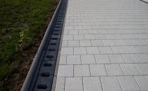 Rigole din beton compact pentru zone cu trafic pietonal redus Cu sistemul de rigole ELIS PAVAJE, montat pe  marginile trotuarelor sau curtilor, suprafetele amenajate vor fi curate si functionale indiferent de vreme.