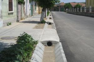 Rigole din beton compact pentru trafic auto Prin sistemul de rigole ELIS PAVAJE montat pe marginile strazilor sau trotuarelor stradale, suprafetele amenajate vor fi curate si functionale indiferent de vreme.