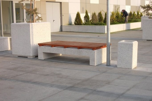Mobilier urban Oferta de mobilier urban Prefabet cuprinde mese, banci, cosuri de gunoi, bolarzi, realizate in diferite dimensiuni si culori, din beton piatra spalata.