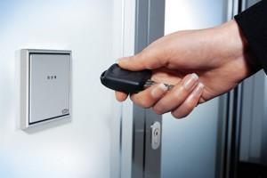 Sisteme de control al accesului Grupul Gretsch-Unitas are solutia potrivita pentru organizarea accesului printr-o singura usa sau prin mai multe usi interconectate intr-un sistem