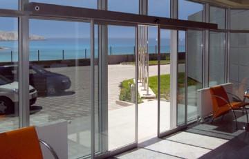 Automatizari pentru usi Automatizarile pentru usi oferite de GU ofera o gama cuprinzatoare de usi automate, culisante, rotative si pereti glisanti vitrati pentru aproape toate domeniile de utilizare.