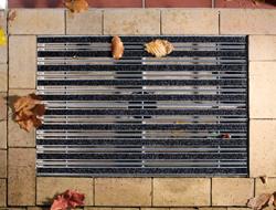 Stergatoare de picioare  Stergatoarele de picioare ACO Self®Vario au tava realizata din beton cu polimeri, material rezistent la intemperii si la ciclurile inghet-dezghet. Stergatoarele de picioare colecteaza murdaria de pe incaltaminte si   apa din precipitatii in tava, de unde le evacueaza in canalizare   printr-un stut DN100 (pentru montajul exterior), au un aspect placut   datorita sortimentului larg de gratare, asigura un drenaj eficient si   sunt usor de instalat.