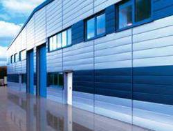 Hale prefabricate Halele metalice Ruukki reprezinta o constructie tip hala realizata  din  componente standard ce va intampina cerintele dumneavoastra in ceea  ce  priveste spatiul. Aceasta este formata din cadre, acoperis si pereti   exteriori - tot ceea ce aveti nevoie de la o cladire livrata rapid. Structurile de inchidere sunt alese in conformitate cu reglementari si cerinte, precum cerintele de rezistenta termica.