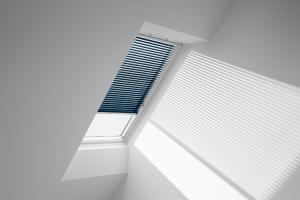 Jaluzele pentru ferestre de mansarda Jaluzele interioare VELUX pentru ferestrele de mansarda (model PAL) permit reglarea unghiului de patrundere a razelor solare si a cantitatii de lumina.
