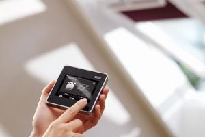 Dispozitive de comanda si control Solutiile VELUX pentru automatizarea casei va ofera posibilitatea de a alege dintr-o gama variata de ferestre de mansarda operate electric.