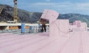 Termoizolatii din polistiren extrudat pentru terase inversate, circulabile, necirculabile sau gradina Placile din polistiren extrudat Austrotherm XPS®, sunt recomandate pentru termoizolarea zonelor in care hidroizolatia trebuie protejata sau in zone cu incarcari la compresiune foarte mari. Astfel, pentru terase, fie ca este vorba de terase circulabile sau terase gradina, polistirenul extrudat de la Austrotherm poate fi folosit cu succes in rezolvari de tipul terasa inversata,acest tip de conformare prelungind durata de viata a hidroizolatiei.