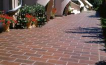 Placaje din beton  Placajele dinbeton Bramac se remarca prin simetria formelor si cromatica creionata, care ofera o perspectiva arhitecturala asupra spatiilor amenajate.