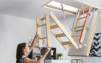 Scari modulare pliabile din lemn, pentru acces la pod Scarile modulare pliabile din lemn sau metal si scarile metalice pantograf FAKRO permit accesul usor si in siguranta la pod, economisind un spatiu important.