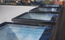 Ferestre pentru acoperis tip terasa Ferestrele pentru acoperis tip terasa aduc lumina naturala in interiorul cladirii, dau posibilitatea de aerisire a incaperii si asigura o izolare termica excelenta.