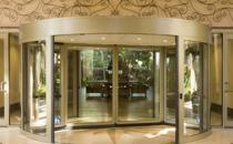 Usi automate, rotative Sistemul de automate, rotative de la Besam asigura o intrare eleganta cu o suprafata de sticla practic neintrerupta.