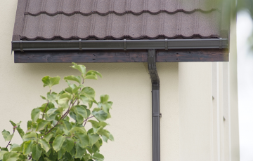Sisteme de jgheaburi si burlane semirotunde si rectangulare  NOVATIK ofera doua tipuri de sisteme pluviale: sistem rectangular Novatik Quadra si sistemul semirotund Novatik Ronda. Sistemele beneficiaza de o garantie de 20 de ani.