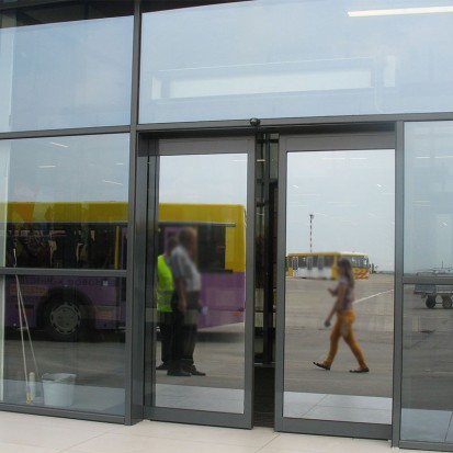 Exemplu de utilizare a usii usa antipanica la aeroport Antipanica PORTALP Usi