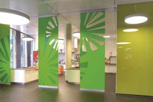 Pereti mobili de compartimentare pentru spatii interioare Pereti mobili pentru compartimentari Nusing combina avantajele tehnologiei moderne de partitie mobila cu cele mai inalte cerinte privind arhitectura si estetica.