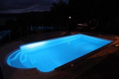 Piscina Golf noaptea - albastra GOLF Piscina rezidentiala din fibra de sticla