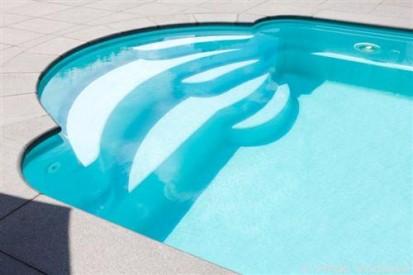 Detaliu - zona de relaxare semi-circulara, vazuta ziua GOLF Piscina rezidentiala din fibra de sticla