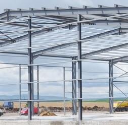 Profile metalice pentru hale Pentru anumite tipuri de cladiri, cum ar fi halele, va prezentam alternativa de realizare a structurii de rezistenta din profile zincate laminate la rece.