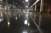 Pardoseli industriale din beton elicopterizat HIROS ROM executa pardoseli industriale armate cu fibre metalice sau cu fibre sintetice care imbunatatesc rezistenta pardoselii datorita preluarii tensiunilor generate in masa betonului.