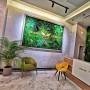 Receptie hotel amenajata cu tablou verde
