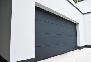 Usi de garaj rezidentiale Ușile de garaj TeraGlass din panouri sandwich cu spumă poliuretanică de înaltă densitate, sunt recomandate pentru halele industriale, oferind o foarte bună izolație termică și durabilitate în timp.