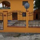 Poarta pietonala si panouri de gard confectionate din fier forjat cu bare de sustinere orizontale -