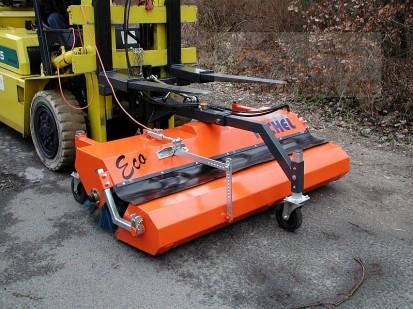 Maturator ECO 520 pe STIVUITOR ECO Maturator stradal cu diametrul periei de 520 mm