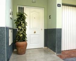 Usi rezidentiale pentru intrare Andreu ofera solutii personalizate pentru usile de intrare in apartament sau casa. Sistemul de productie este unul din cele mai avansate din Spania si echipa de designeri le permite sa faca fata celor mai exigente cereri. Andreu este specializat in a oferii solutii inovatoare pentru fiecare proiect. Modelele de usi sunt: VERSATE - Este o linie de usi de securitate care poate fi personalizata pe ambele parti ale foii de usa. COMPACT - Aceasta usa metalica de intrare in stil Provensal este disponibila intr-o mare varietate de culori si finisaje.