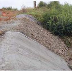 Geosintetice - Geocompozite pe baza de bentonita pentru impermeabilizare Geocompozitele bentonitice de la Geocom sunt alcatuite din doua straturi de geotextile care confineaza un strat de bentonita sodica naturala, cu grad inalt de umflare, stabilizat cu aditivi si cu un polimer lichid.