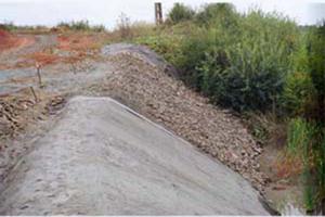 Geosintetice - Geocompozite pentru impermeabilizare minerala Geocompozitele bentonitice de la Geocom sunt alcatuite din doua straturi de geotextile care confineaza un strat de bentonita sodica naturala, cu grad inalt de umflare, stabilizat cu aditivi si cu un polimer lichid.