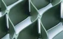 Geosintetice - Geocelule pentru controlul eroziunii terasamentelor Geocelulele de la Geocom sunt o structura tridimensionala sub forma de fagure, monolitica care asigura rezistente ridicate la intindere sunt produse din polietilena de inalta densitate de culoare verde sau neagra.