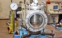 Revizii supape de siguranta Revizia supapelor poate fi facuta in atelierul nostru echipat, dar si direct in locatia in care acestea sunt amplasate prin aducerea la fata locului a masinilor unelte portabile.