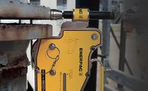 Cilindri si pompe hidraulice pentru ridicari agabaritice Proiectam si executam ridicari hidraulice adecvate oricarui tip de structuri, de orice forma geometrica si orice greutate cu ajutorul unor echipamente complexe.