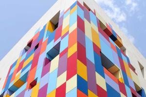 Placaje HPL pentru fatade si pereti interiori Placajele HPL TRESPA sunt destinate placarilor exterioare, fatade ventilate atat la cladiri noi cat si la renovari si pereti interiori, realizarii de pereti separatori si mobilier.