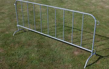 Garduri mobile pentru imprejmuiri temporare Panourile mobile clasice sunt create pentru a fi instalate rapid pe aproape orice suprafata cu fir de sarma galvanizata, sudata electric in cadru metalic.