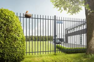 Panouri si stalpi pentru garduri metalice Gardurile metalice Heras sunt recomandate pentru imprejmuirea cladirilor publice, atelierelor, fabricilor, scolilor, parcurilor, terenurilor de joaca si stadioanelor, aeroporturilor si a zonelor militare.