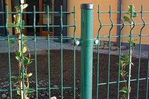 Panouri si stalpi pentru garduri metalice Gardurile metalice Bulloni sunt recomandate pentru imprejmuirea cladirilor publice, atelierelor, fabricilor, scolilor, parcurilor, terenurilor de joaca si stadioanelor, aeroporturilor si a zonelor militare.