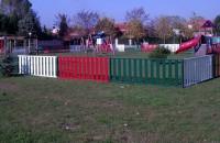 Panouri si stalpi pentru garduri metalice Gardurile metalice Famavi sunt recomandate pentru imprejmuirea cladirilor publice, atelierelor, fabricilor, scolilor, parcurilor, terenurilor de joaca si stadioanelor, aeroporturilor si a zonelor militare.