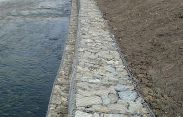 Gabioane din plasa sudata si impletita pentru stabilizarea terenurilor si malurilor Gabioanele din plasa impletita sunt create pentru intarirea malurilor de ape sau diferite constructii hidraulice.