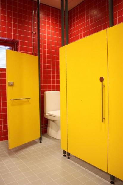 Exemplu de compartimentare sanitara cu placi HPL Placi HPL pentru compartimentari cabine sanitare, vestiare