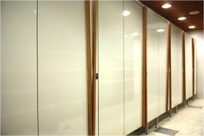 Placi HPL pentru compartimentari sanitare, vazute de aproape Placi HPL pentru compartimentari cabine sanitare, vestiare