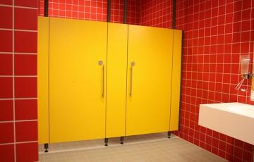 Placi HPL pentru compartimentari cabine sanitare, vestiare  GEPLAST ofera o gama variata de placi compacte stratificate la presiuni inalte (HPL), disponibile in diferite grosimi, culori si finisaje, cu una sau ambele fete decorate.