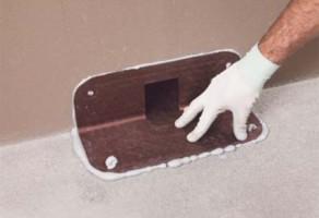 Guri de scurgere si drenaj pentru terase si balcoane Gura de scurgere laterala MAPEI, cu sectiune dreptunghiulara, cu evacuare prin parapet (sifon lateral terasa) pentru terase sau balcoane hidroizolate cu MAPELASTIC.