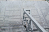 Podine si trepte din tabla expandata Podinele si treptelor din tabla expandata GRIRO au rol anti-alunecare, rezistenta la trafic pietonal, industrial si auto.