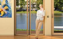 Usi din lemn, lemn placat cu aluminiu pentru terase Usile UNILUX sunt disponibile atat in varianta lemn cat si in lemn placat cu aluminiu, in oricare din profilelele disponibile. Pot sa atinga inaltimi de pana la 3,20 m.