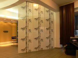 Paneluri japoneze Inspirat din sistemele de panouri mobile realizate din bambus si hartie ce compartimenteaza casele traditionale din Japonia, sistemul de paneluri se preteaza pentru acoperirea suprafetelor de dimensiuni mari.