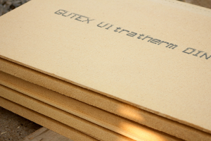 Placi din fibre lemnoase pentru izolatii mansarde, acoperisuri, pereti Placile Gutex din fibre lemnoase pentru izolatii sunt rezistente la socuri mecanice, absorb zgomotele si izoleaza excelent atat pe timp de iarna cat si vara.