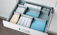 Sisteme de glisiere, sine de culisare, glisiere pentru sertare Sistemul de sertar modular Moovit deschide noi oportunitati de design pentru bucatarii, sufragerii, birouri, bai, laboratoare si magazine. Puternic, rapid si usor de montat.
