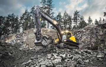 Excavatoare  Mini excavatoarele si excavatoarele Volvo reprezinta solutia dvs. pentru echipamentele de excavare fiabile. Pe senile sau pe drum cu versatilitatea pe roti, sunteti pe drumul cel bun spre o mai buna pregatire a terenului, amenajare a terenului, sapare a santurilor, excavare, demolare, incarcare, pozare a conductelor / utilitatilor si multe altele. De la modelul mini la cel de dimensiuni mari, alegeti utilajul de dimensiune potrivita si treceti la treaba. Buldoexcavatoare de la Volvo. Proiectate si construite pe baza informatiilor de la clienti