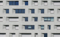 Solutii pentru instalarea ferestrelor Sigilantii, membranele si benzile expandabile oferite de Sika, etanseaza tocul ferestrelor si protejeaza izolatia, economisind astfel energia folosita pentru incalzirea sau racirea cladirii.